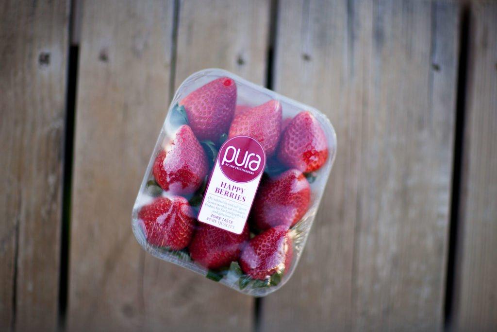 Fotografía de packaging de fruta creativa- Huelva, Fresa sobre madera